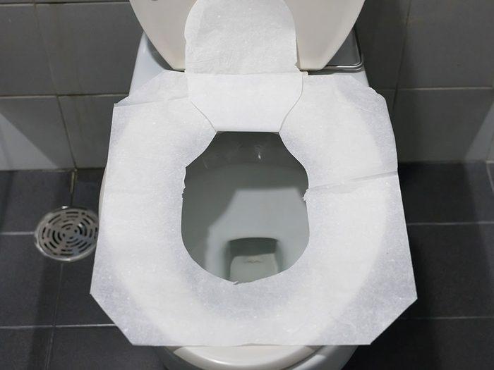 Le couvre-siège de toilette jetable est l'un des objets du quotidien qui est souvent mal utilisé.