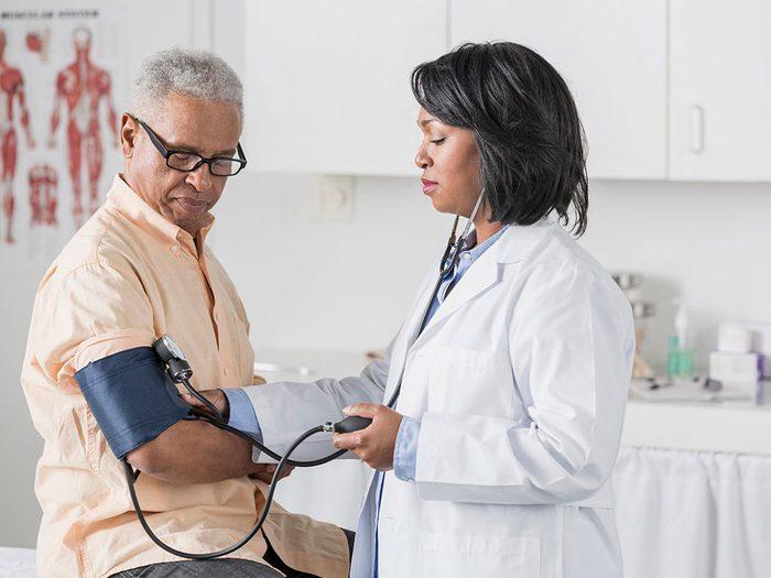 Les ophtalmologistes peuvent détecter l'hypertension artérielle.