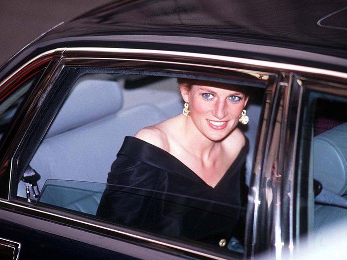 Les théories du complot qui circulent toujours au sujet de la mort de la Princesse Diana.