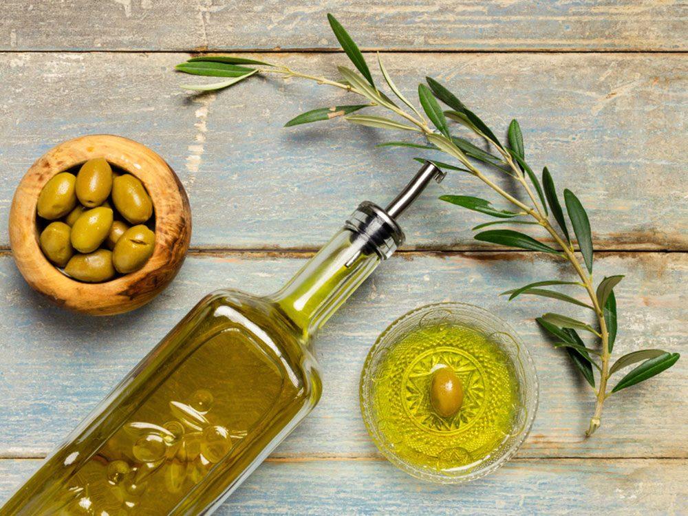 L'huile d'olive fait partie des aliments riches en calories qu'il faut manger!