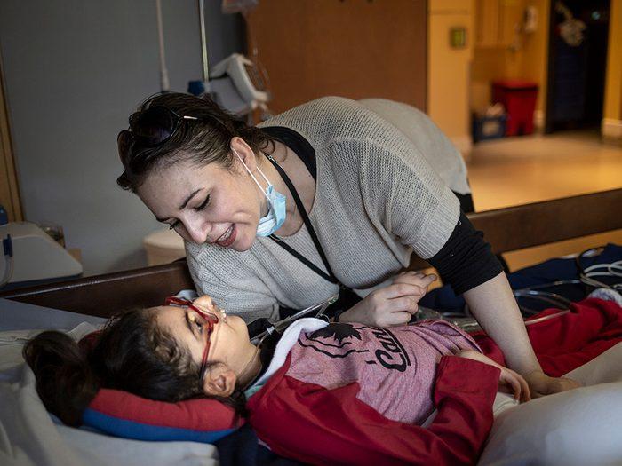 Ariana, 14 ans, se prépare à passer quelques jours au Phare, un centre de soins palliatifs pédiatriques.