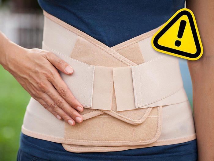 Utiliser une bande de style corset pour affiner la taille est l'une des tendances beauté qu'il vaut mieux oublier.