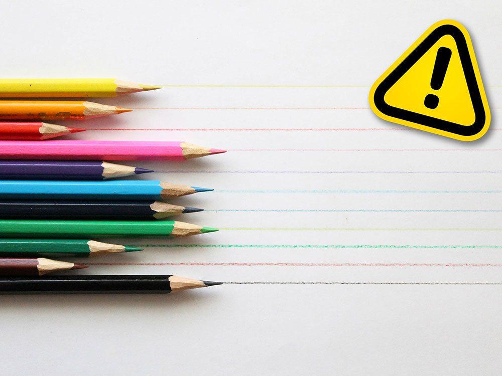 Utiliser des crayons à mine et de couleur comme maquillage est l'une des tendances beauté qu'il vaut mieux oublier.