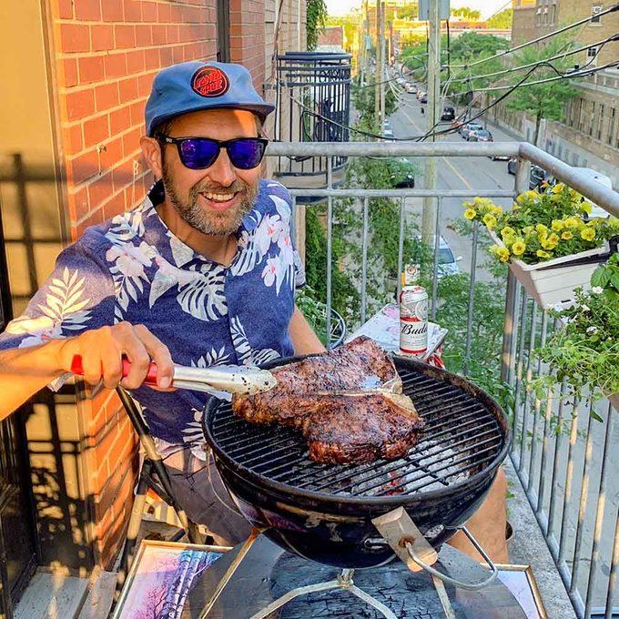 Bob le Chef et le barbecue sur son balcon en ville.