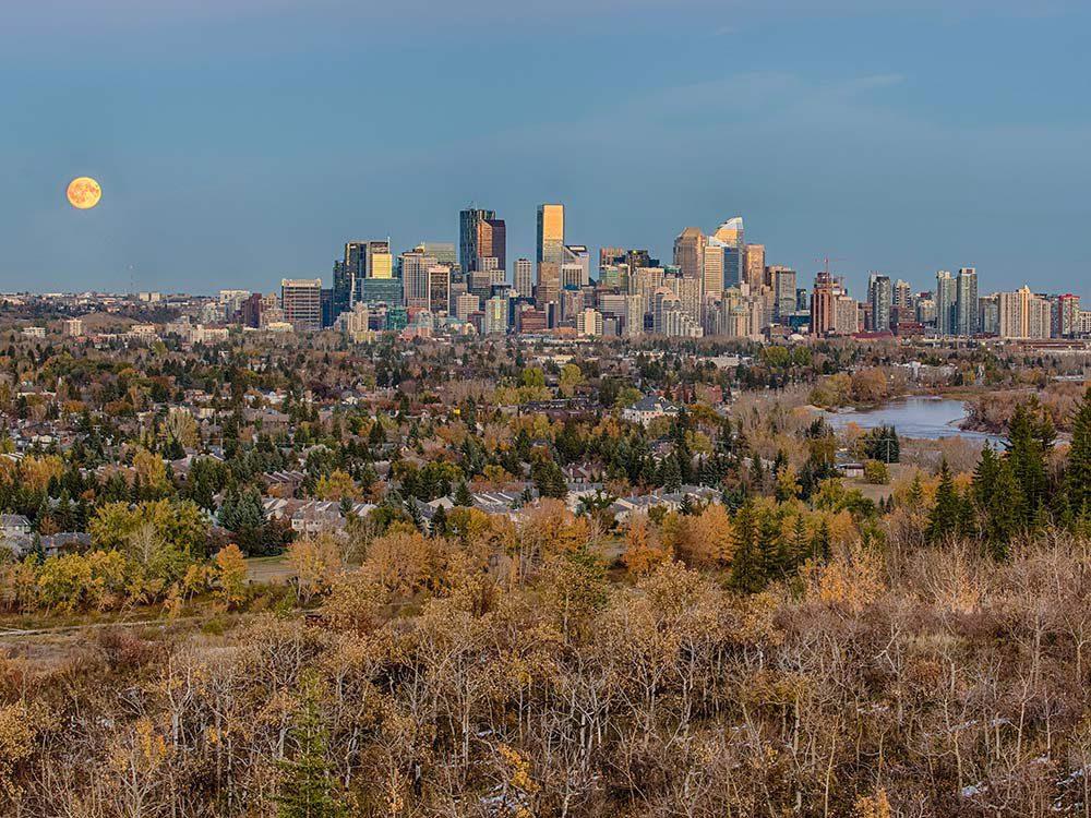 Un coucher de soleil pendant l'automne au Québec et au Canada.