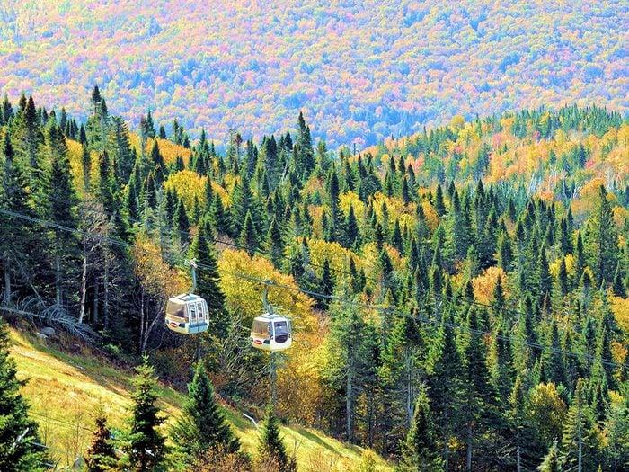 L'automne au Québec au sommet du Mont-Tremblant.
