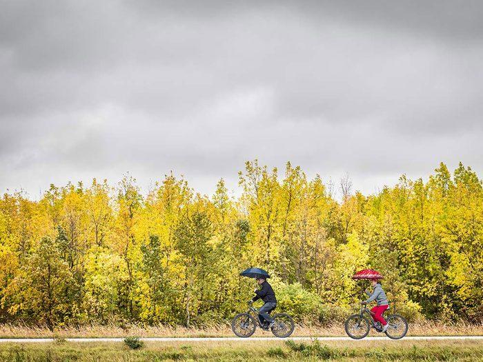 Un duo de cyclistes pendant l'automne au Québec et au Canada.