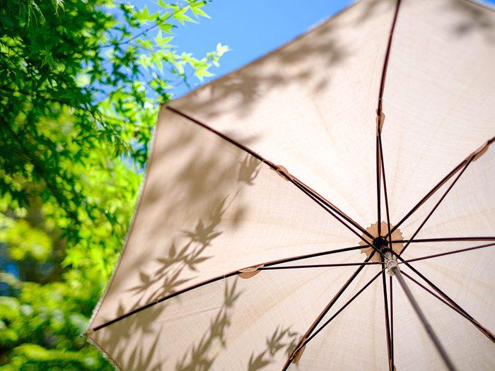 Il est temps de commencer le tri d'automne par les parasols périmés.