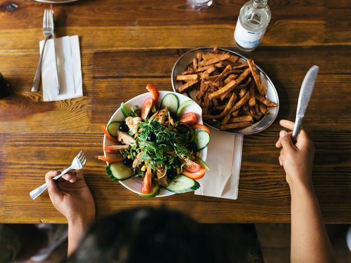 Les raisons qui nous poussent à trop manger au buffet à volonté.