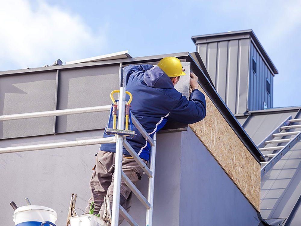 Comment augmenter la valeur de sa maison: pensez à refaire le toit.
