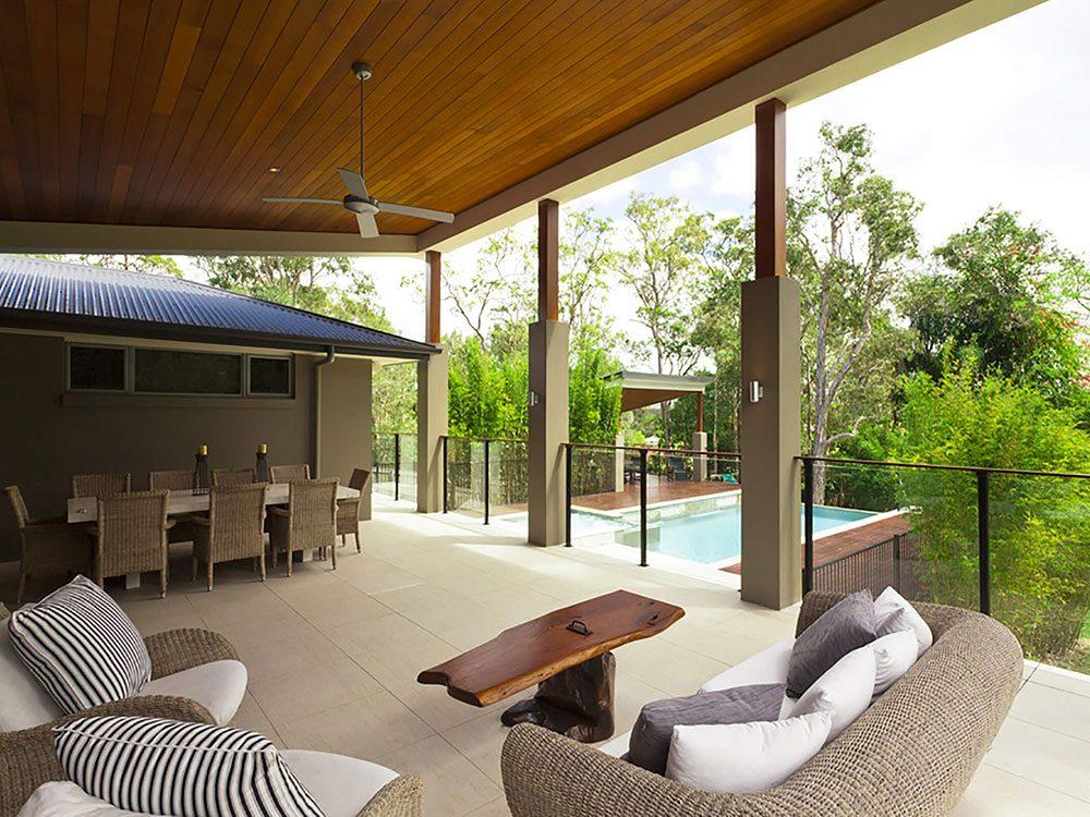 Comment augmenter la valeur de sa maison: pensez à faire une terrasse couverte.