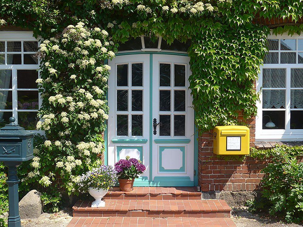 Comment augmenter la valeur de sa maison: ayez un terrain attirant.