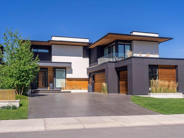Comment augmenter la valeur de sa maison: ne pas oublier l'entrée de garage.