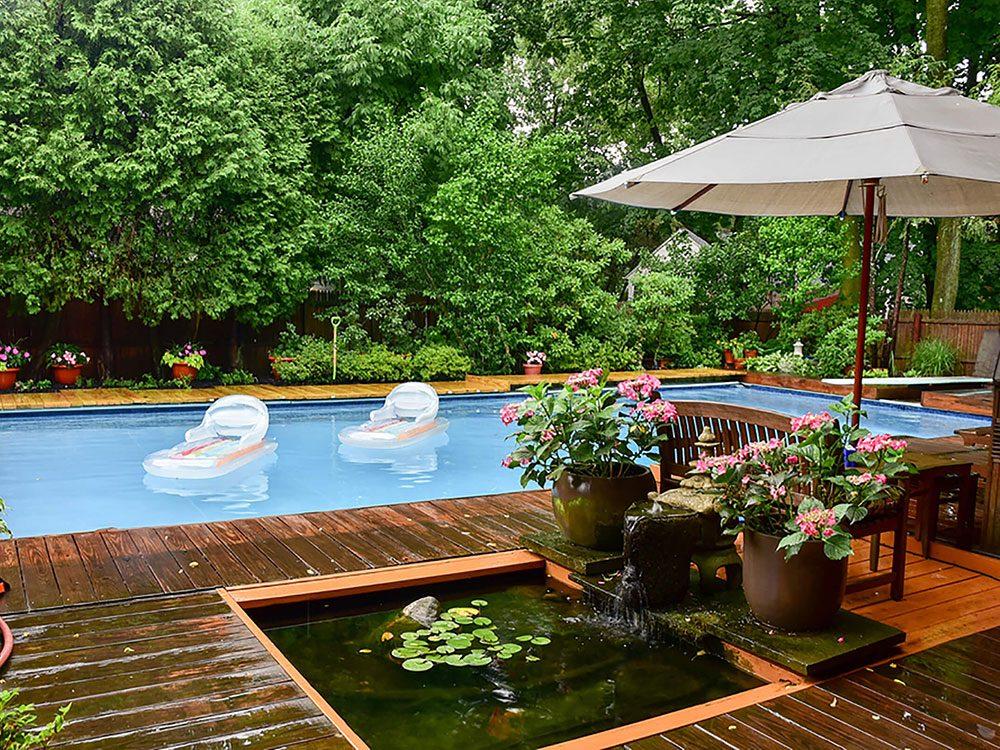 Comment augmenter la valeur de sa maison: pensez à faire une oasis dans la cour.