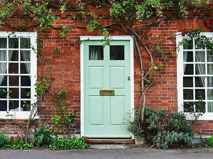 Comment augmenter la valeur de sa maison: pensez à rafraîchir la porte d'entrée.
