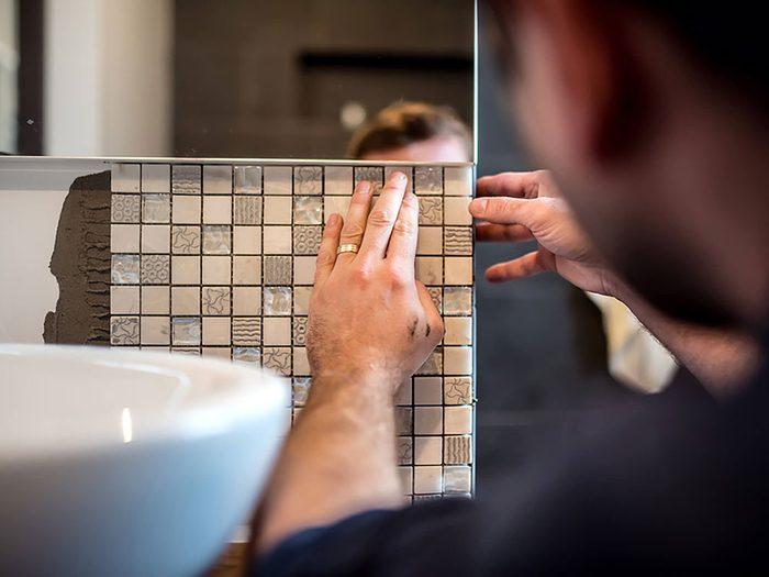 Comment augmenter la valeur de sa maison: pensez à changer les tuiles de la salle de bain.