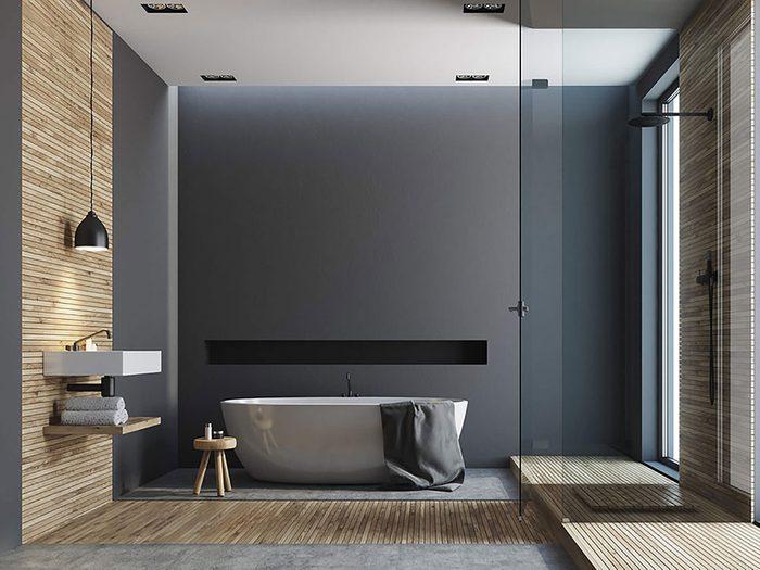 Comment augmenter la valeur de sa maison: pensez àrafraîchir la salle de bain.