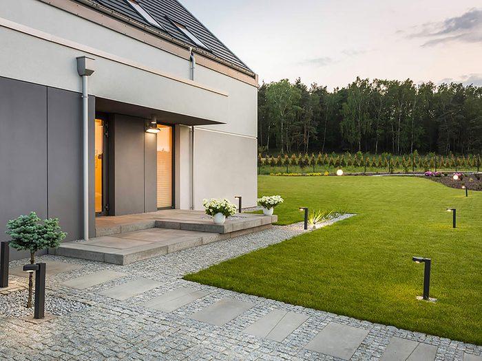 Comment augmenter la valeur de sa maison: pensez à mettre de la vie sur son terrain.