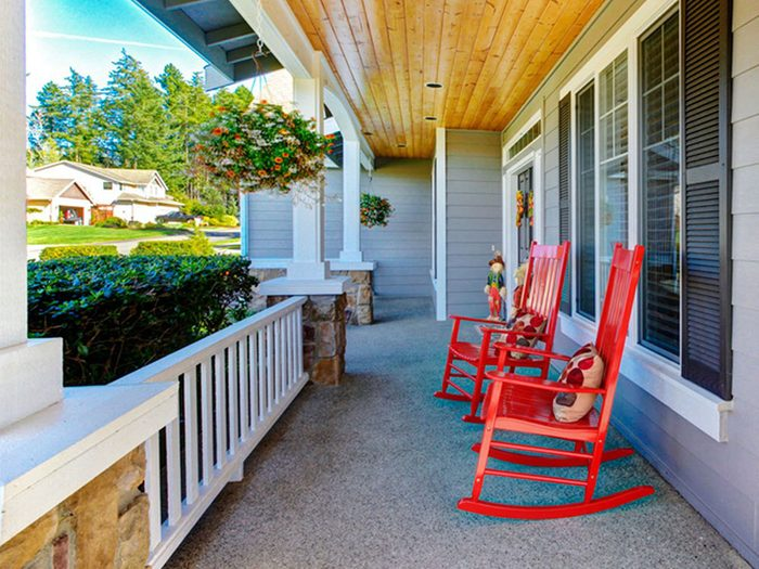 Des chaises berçantes sur le porche pour une déco champêtre.