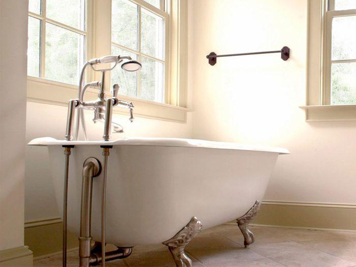 Une baignoire sur pattes constitue un bel élément pour une déco champêtre.