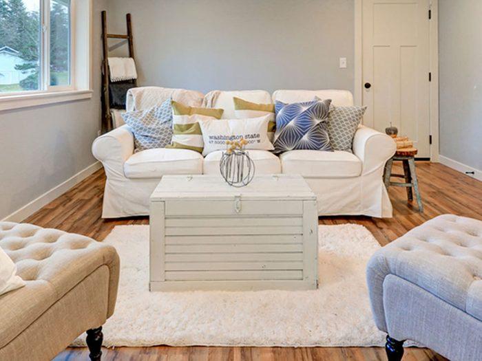 Optez pour des housses de divan pour une déco champêtre.
