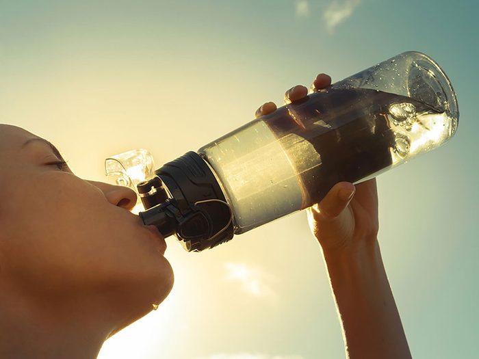 On peut désencombrer sa maison en se séparant des bouteilles d'eau et tasses à café.