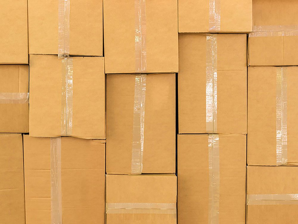 On peut désencombrer sa maison en se séparant des boîtes en carton.