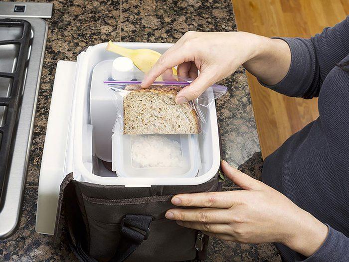 On peut désencombrer sa maison en se séparant de boîtes à lunch.