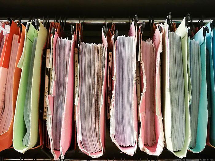 On peut désencombrer sa maison en se séparant de vieilles notes et listes de tâches.