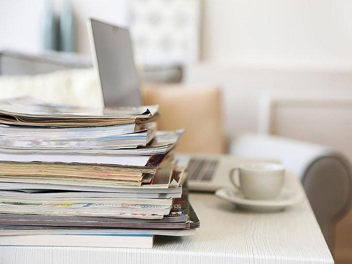 On peut désencombrer sa maison en se séparant des magazines périmés.
