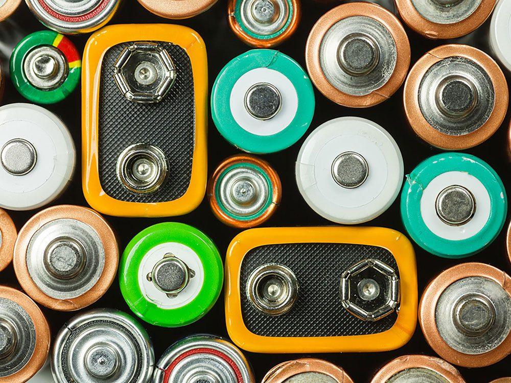 On peut désencombrer sa maison en se séparant des batteries et piles périmées.