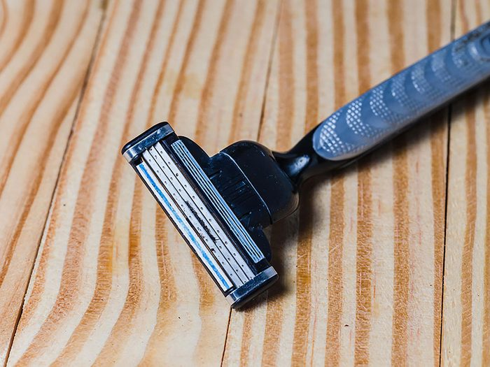 On peut désencombrer sa maison en se séparant des vieux rasoirs.