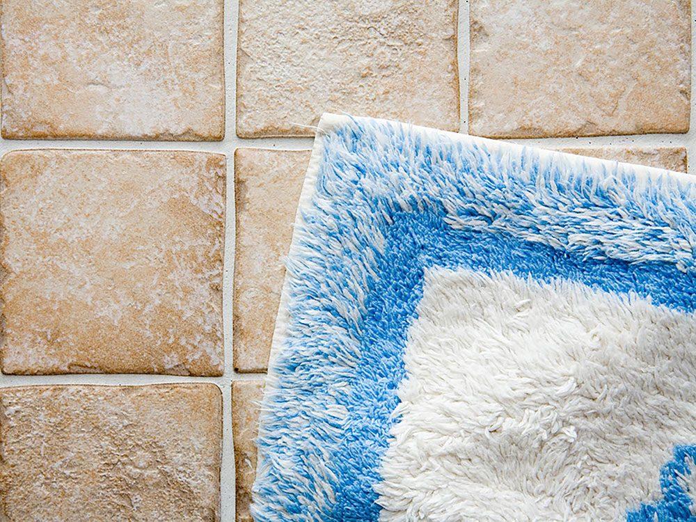 On peut désencombrer sa maison en se séparant des tapis de bain usés.