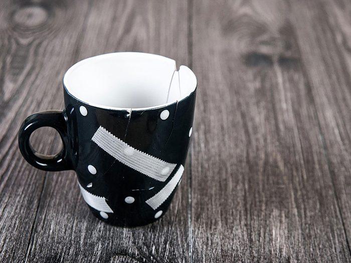 On peut désencombrer sa maison en se séparant de tasses et verres ébréchés.