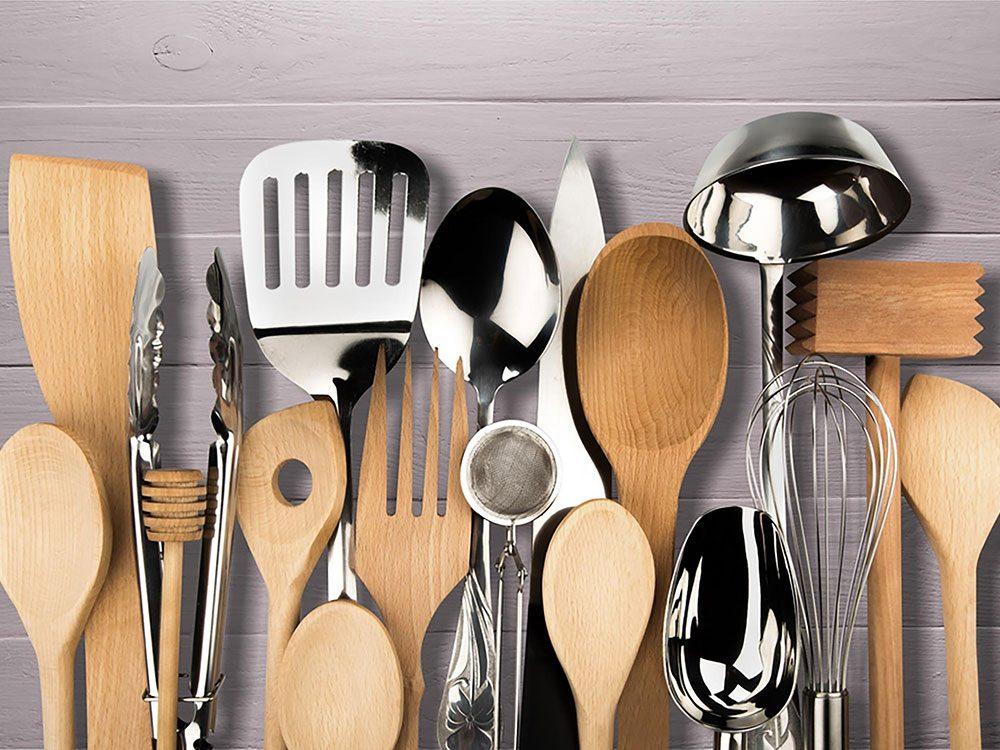On peut désencombrer sa maison en se séparant d'ustensiles de cuisine supplémentaires.