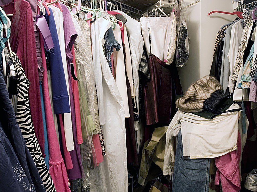 On peut désencombrer sa maison en se séparant des vêtements peu flatteurs.