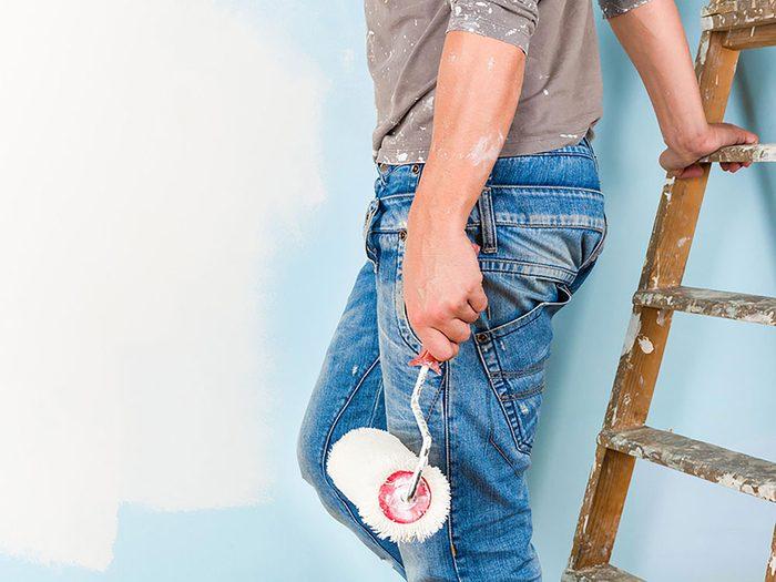 On peut désencombrer sa maison en se séparant des tenues de peinture et de jardinage.