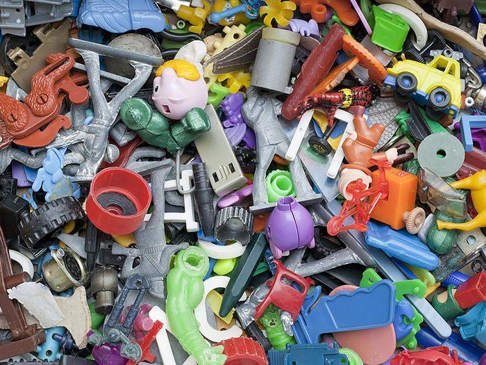 On peut désencombrer sa maison en se séparant des vieux jouets.