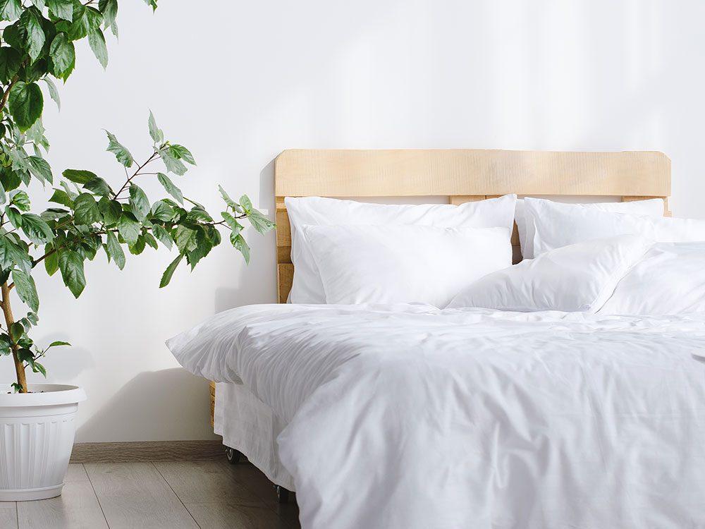 Pensez à l'utilisation de l'eau de javel pour blanchir les draps blancs d'occasion.