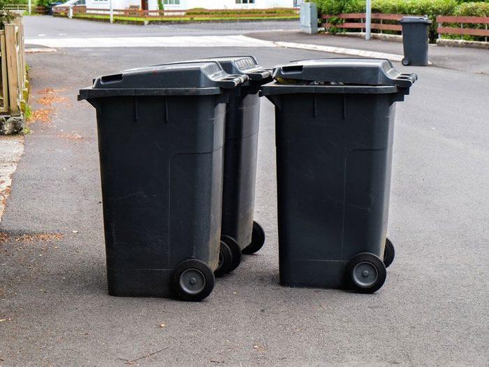 Utiliser de la javel pour donner un coup de fraîcheur aux poubelles.