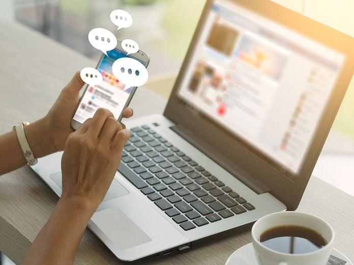 L'information relayée trop rapidement est l'un des effets négatifs des médias sociaux.