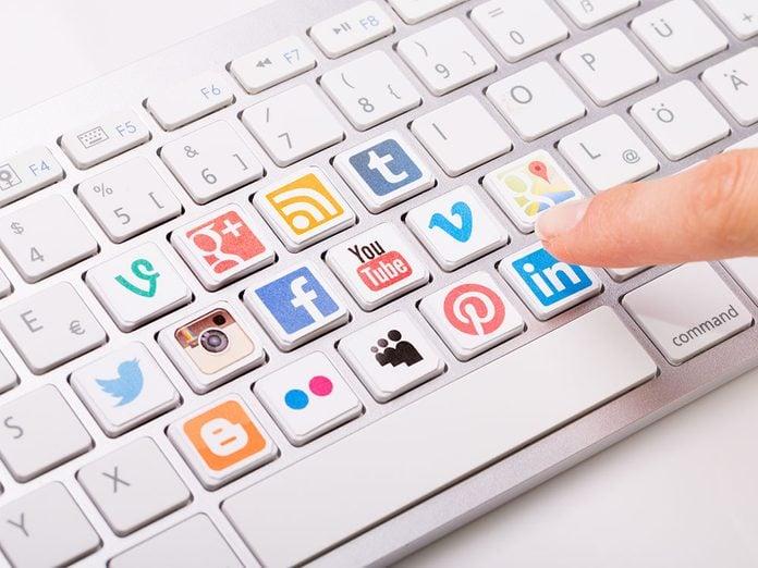 Il y a les effets négatifs des médias sociaux, mais cela permet de garder contact.