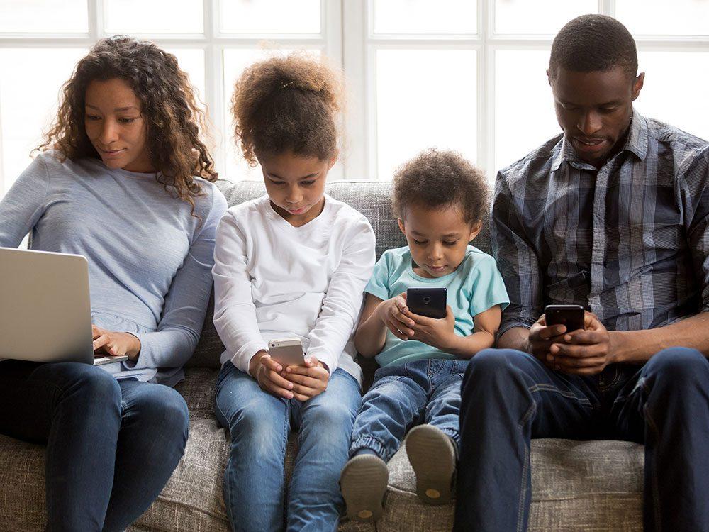 Passer moins de temps de qualité avec ceux qu'on aime est l'un des effets négatifs des médias sociaux.