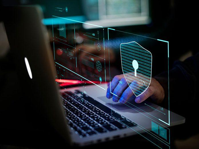 Le manque de sécurité et protection de la vie privée est l'un des effets négatifs des médias sociaux.