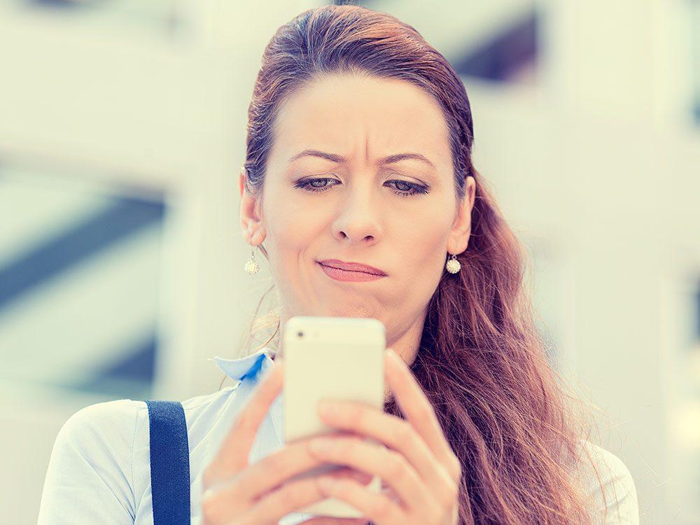 La propagation de l'humeur négative est l'un des effets négatifs des médias sociaux.