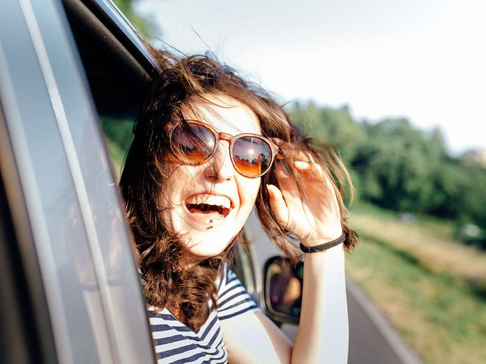 Ouvrir la fenêtre en voiture pour entraîner son cerveau.