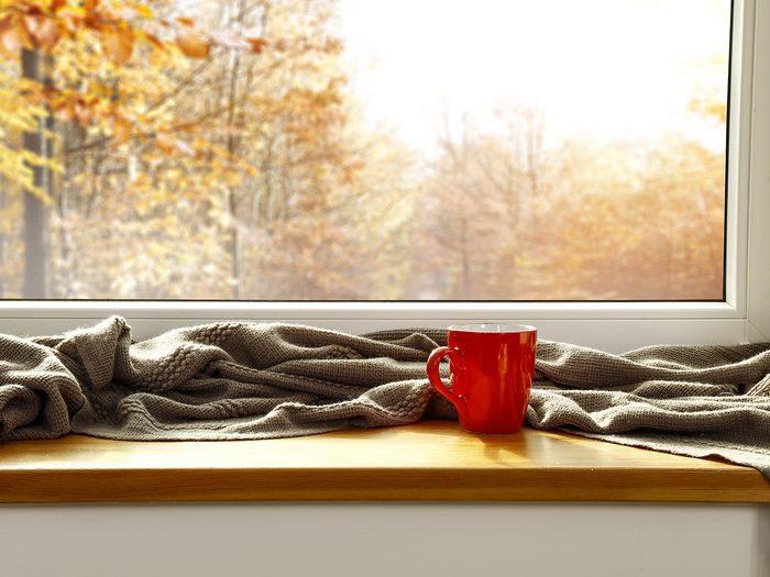 Grand ménage d'automne: arbres en couleur par la fenêtre.