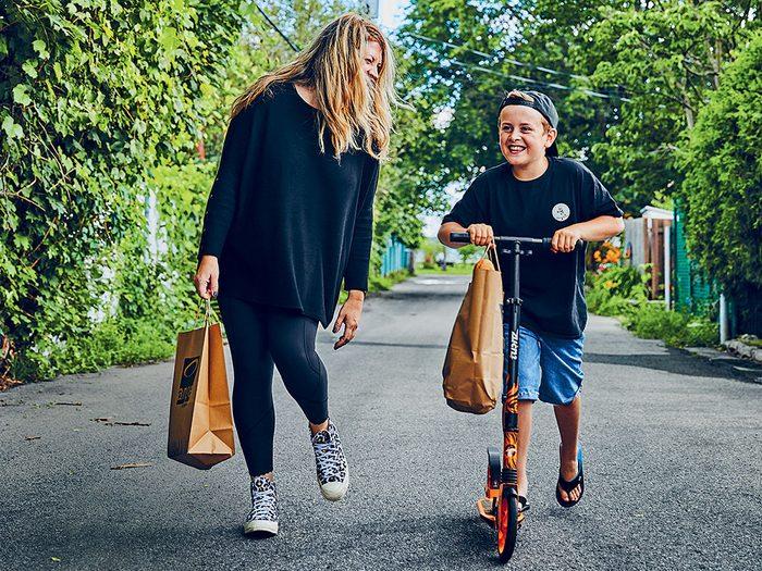 Noah Dagenais, héros de la COVID-19, livre ses pains en compagnie de sa mère, Marie-Hélène Laporte.