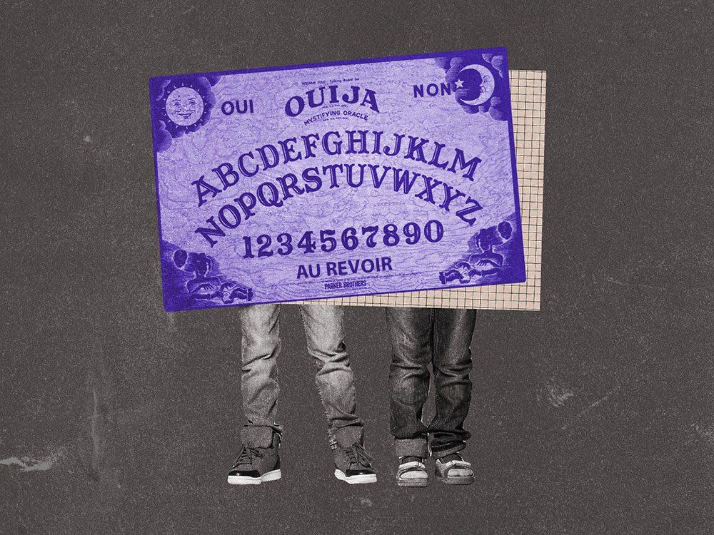 Les garçons qui posaient des questions suggestives à la planche de Ouija.