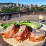 Filet de porc farci et enroulé de bacon, sauce crème infusée au romarin